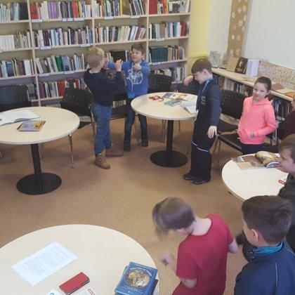 Sākumskolas lasīšanas stunda Bilbiotēkā